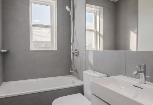 50060 0039 2020 02 Marketing apartment bathroom portrait